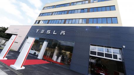 Tesla apuesta por el mercado español con su primer taller en Barcelona.